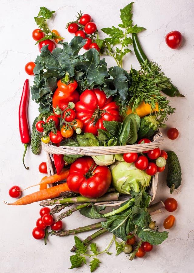 Légumes frais dans le panier Vue supérieure Consommation saine photographie stock