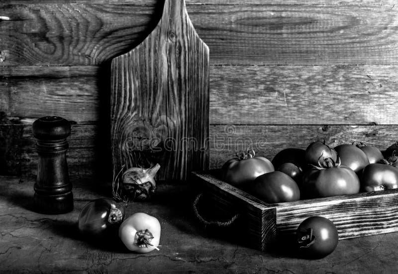 Légumes frais dans une boîte rustique brûlée de texture pour le fond Conseil en bois superficiel par les agents approximatif tone photographie stock