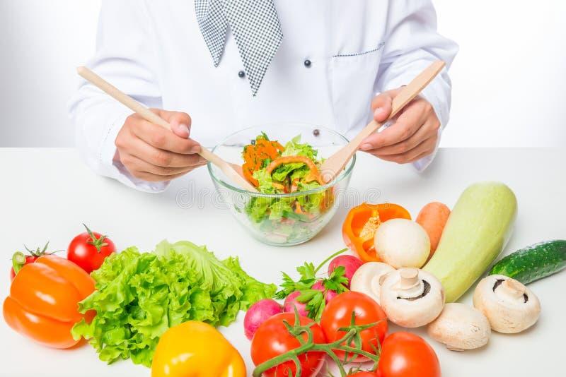 Légumes frais, dont le chef a préparé une salade photo libre de droits