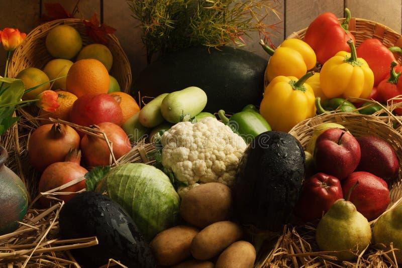 Légumes frais et fruits disposés dans la lumière naturelle images stock