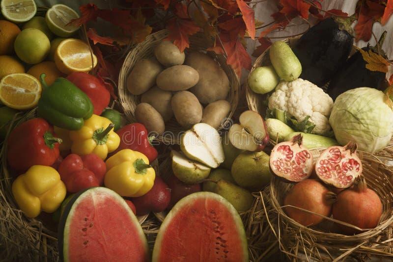 Légumes frais et fruits disposés dans la lumière naturelle photos stock