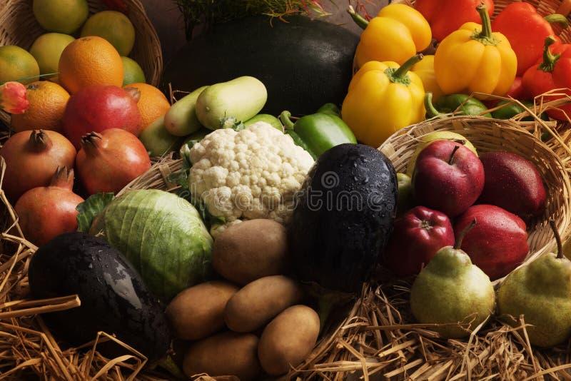 Légumes frais et fruits disposés dans la lumière naturelle photo stock