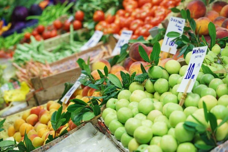 Légumes frais et fruits lumineux sur le compteur du marché de nuit de rue photo stock