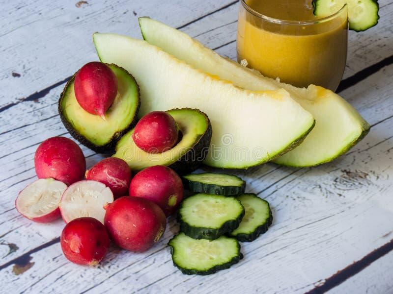 Légumes frais et fruits sur le fond en bois blanc photographie stock