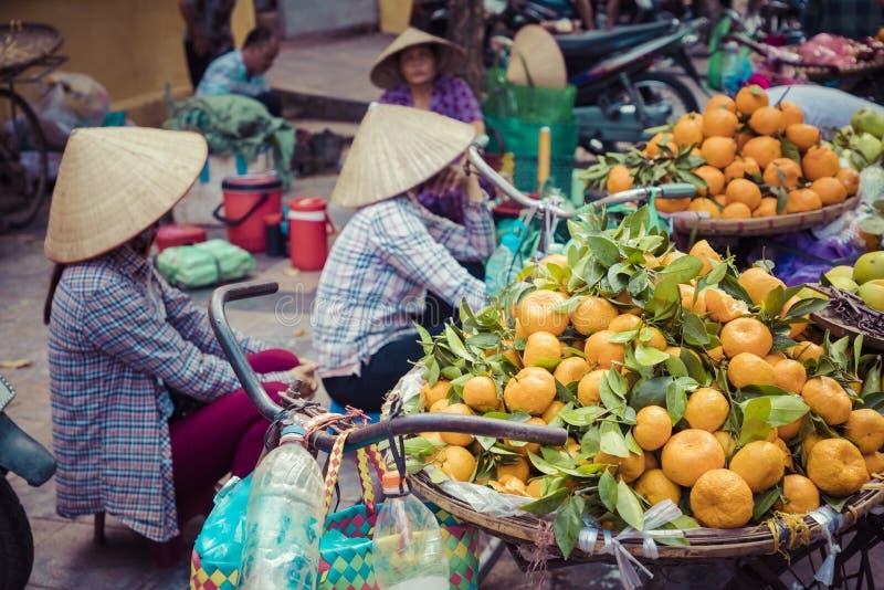 Légumes frais et fruits sur le marché en plein air traditionnel dans Hano photos libres de droits