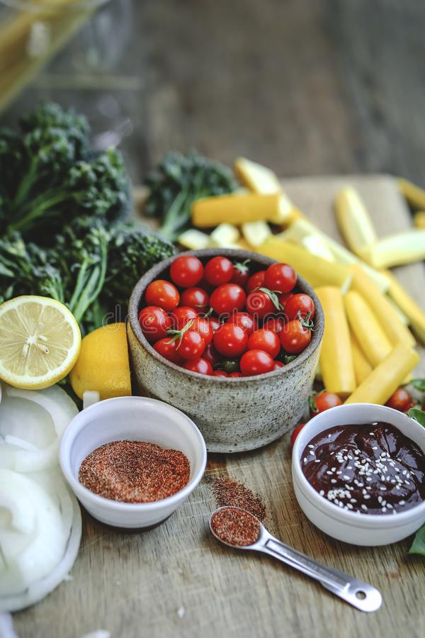 Légumes frais et ingrédients organiques préparés sur une planche à découper image stock