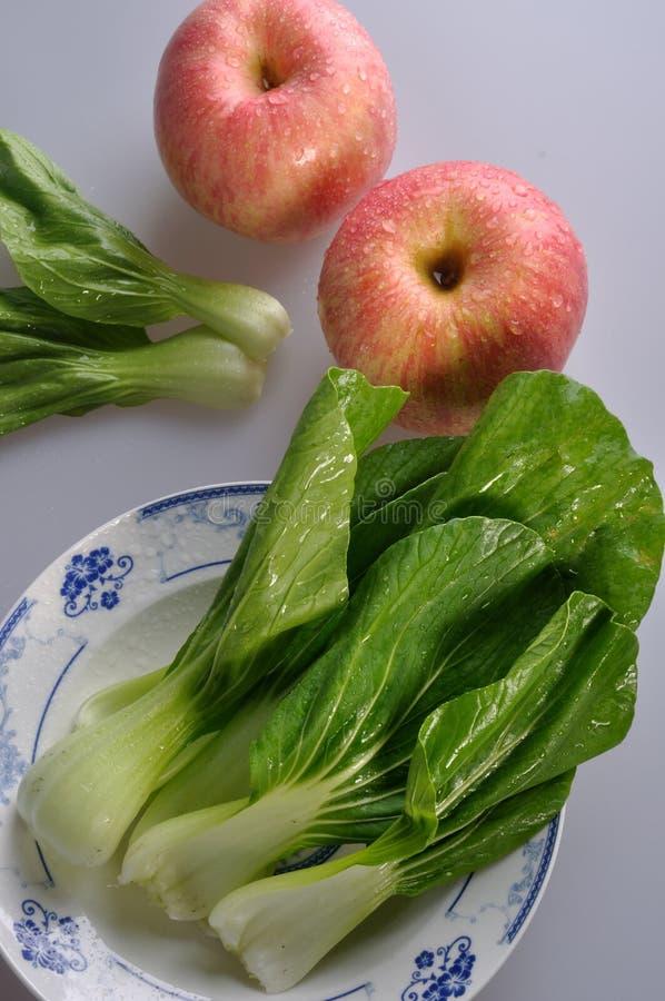 Légumes Frais Et Pommes Rouges Image stock