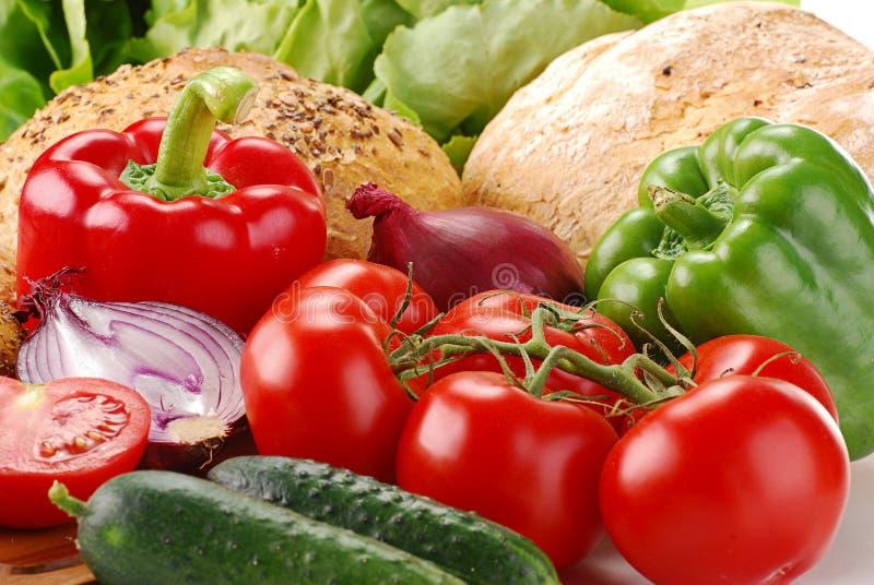 Légumes frais et produits de boulangerie sur la planche à pain images stock
