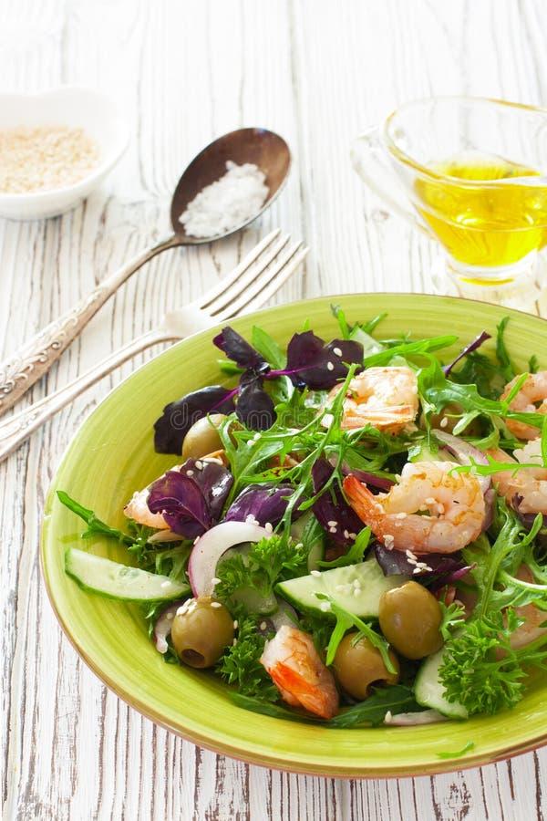 Légumes frais et salade de crevettes photos stock