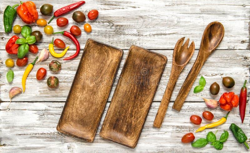 Légumes frais et ustensiles de cuisine de vintage photographie stock libre de droits