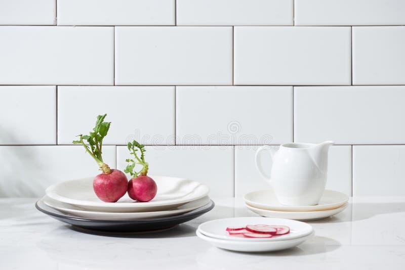 Légumes frais et ustensiles pour des cours de cuisine sur le tabl en bois image libre de droits