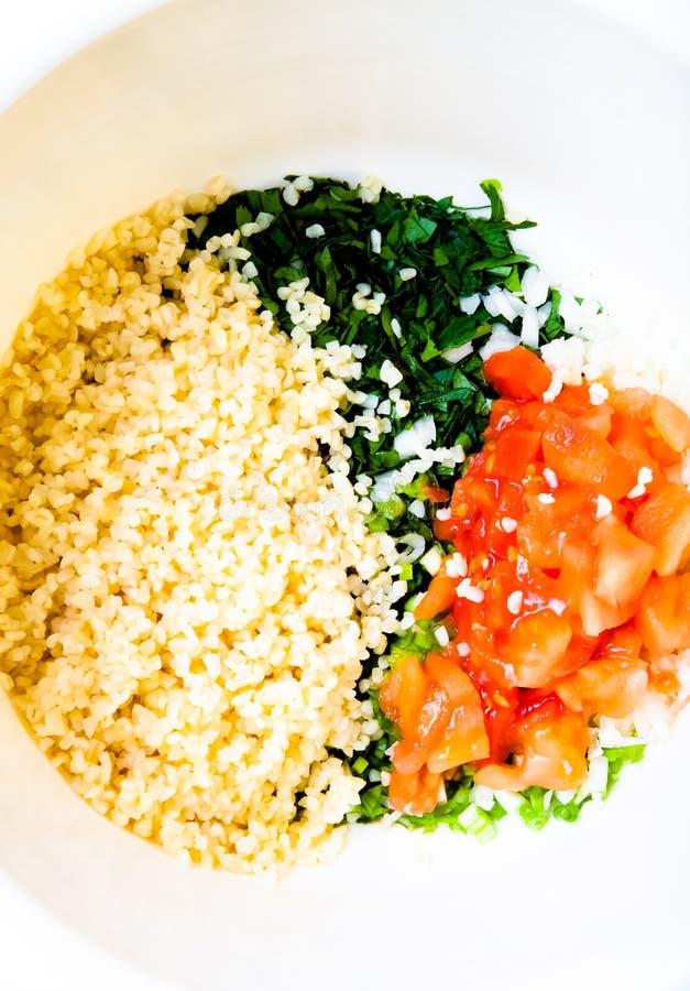 Légumes frais finement hachés sur une table ou un cutti en bois légère images stock