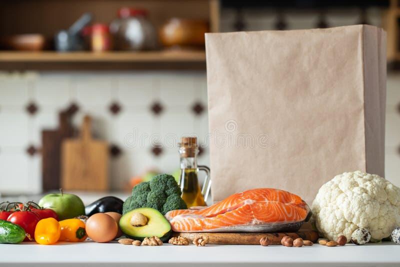 Légumes frais, fruits, écrous et bifteck saumoné photos stock