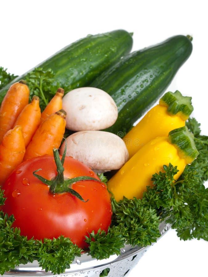 Légumes frais lavés dans le tamis images libres de droits