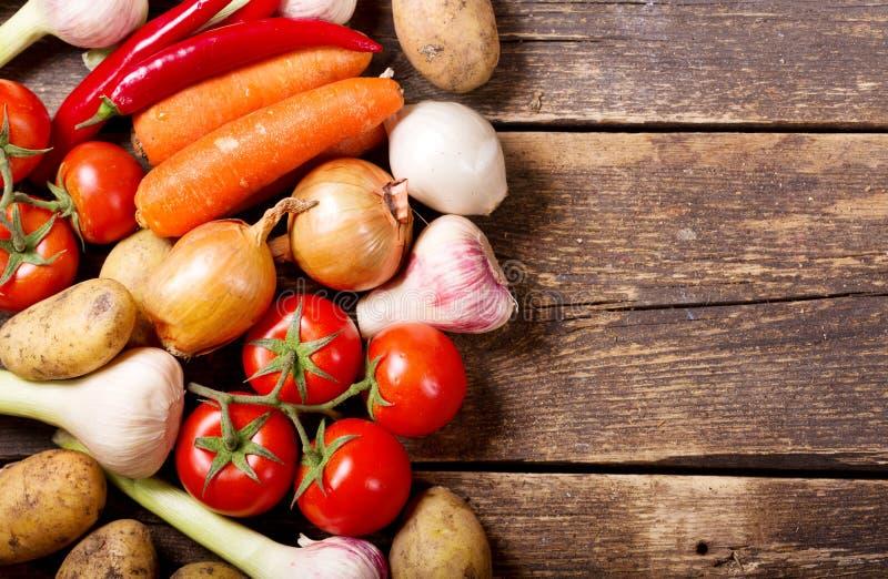 Légumes frais sur la table en bois photographie stock libre de droits