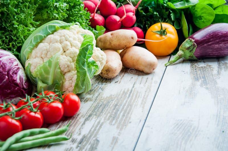 Légumes frais sur le bois de table photographie stock libre de droits
