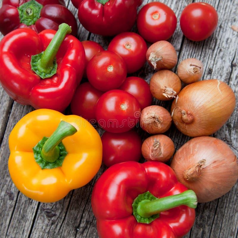Légumes frais sur un comptoir de cuisine photos libres de droits