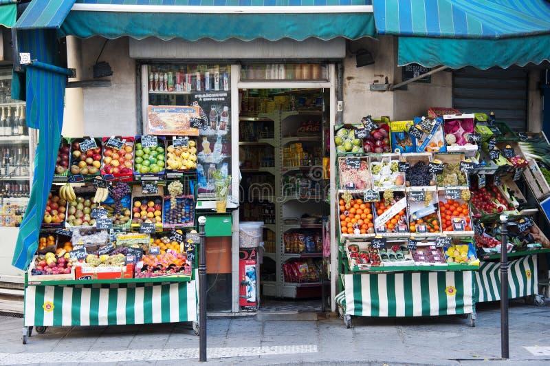 Légumes frais sur un marché français image libre de droits