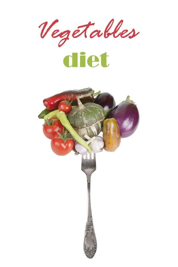 Légumes frais sur une fourchette d'isolement sur un fond blanc avec photos stock