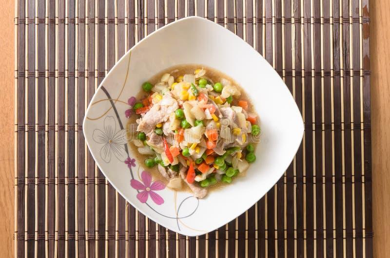 Légumes frits par émoi avec du porc photos libres de droits