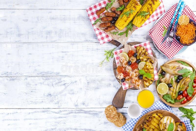 Légumes, fruits et crevette sur le gril, pour un déjeuner d'été Nourriture saine Apéritifs sur un fond blanc Copiez l'espace plat image libre de droits