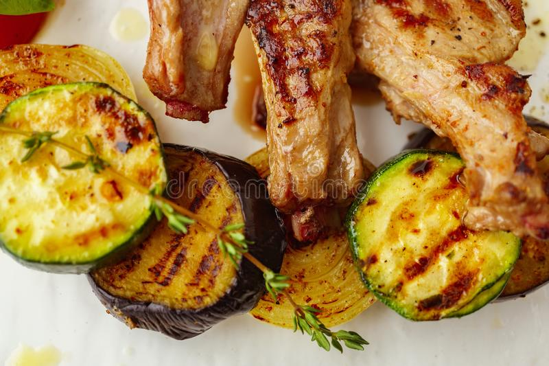 Légumes grillés avec le thym et le vinaigre balsamique photos libres de droits