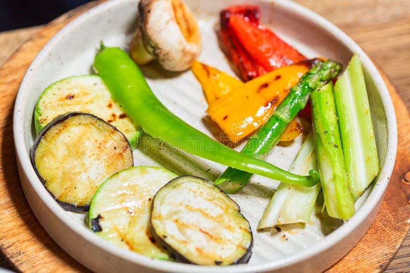 Courgette Et Asperge Grillées Sur Le Barbecue Image stock