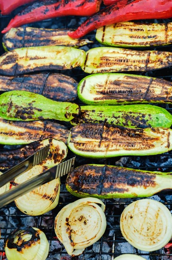 Légumes grillés en marinade sur une casserole de gril, vue supérieure photographie stock