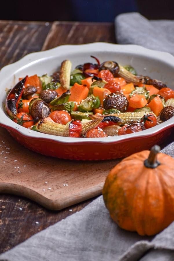 Légumes grillés Menu Lenten Aubergine, poivre, betteraves, tomate et patisson appétissants de plat Fourchette, couteau, serviette photographie stock