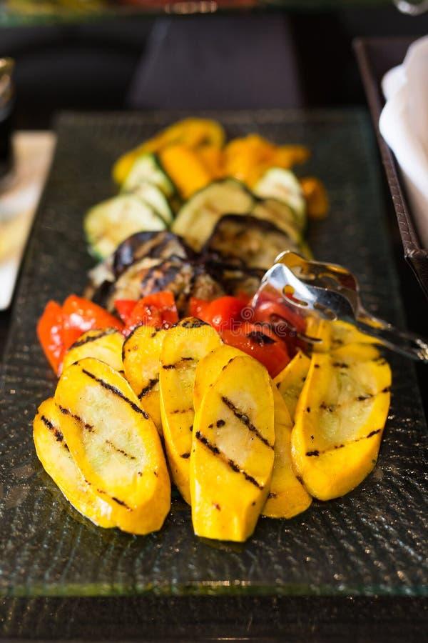 Légumes grillés par gourmet coloré sur un plateau images stock