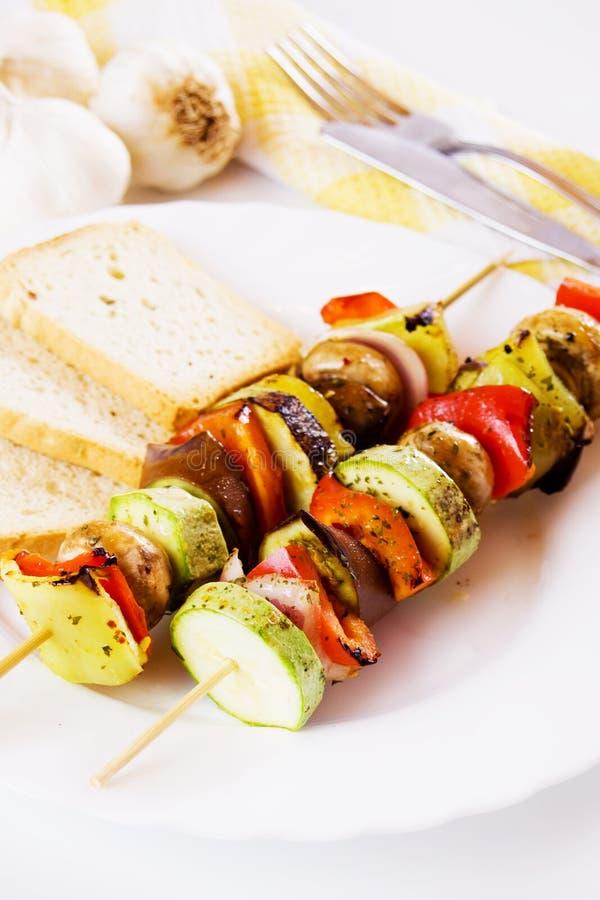 Légumes grillés sur la brochette photographie stock libre de droits
