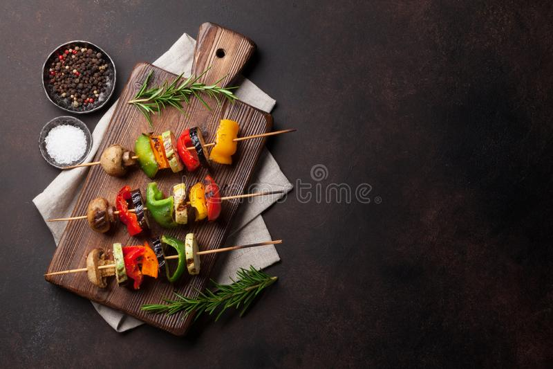 Légumes grillés sur la planche à découper - fond image stock