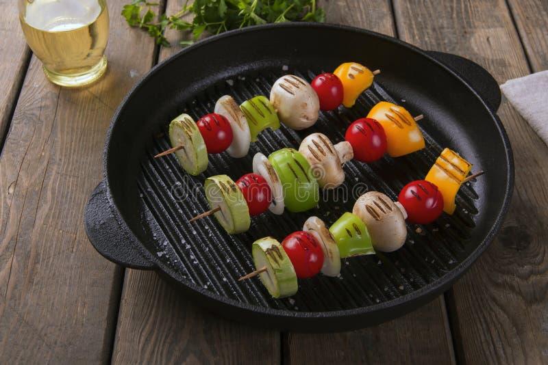 Légumes grillés sur la poêle de gril de brochettes photos libres de droits