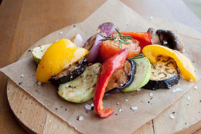 Légumes grillés sur un conseil en bois photo stock