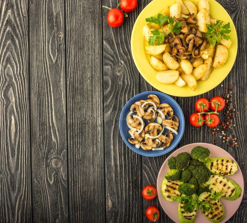 Légumes grillés sur une table en bois foncée Vue supérieure images libres de droits