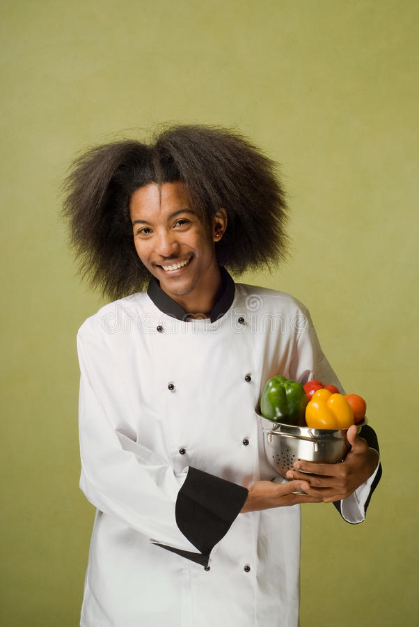Légumes lavés par fixation de chef d'Afro-américain image stock