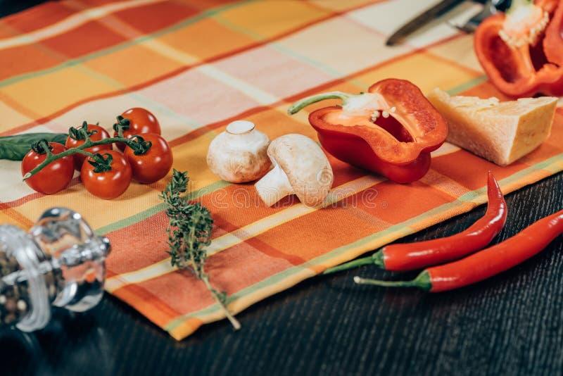 légumes mûrs frais et parmesan délicieux photographie stock libre de droits