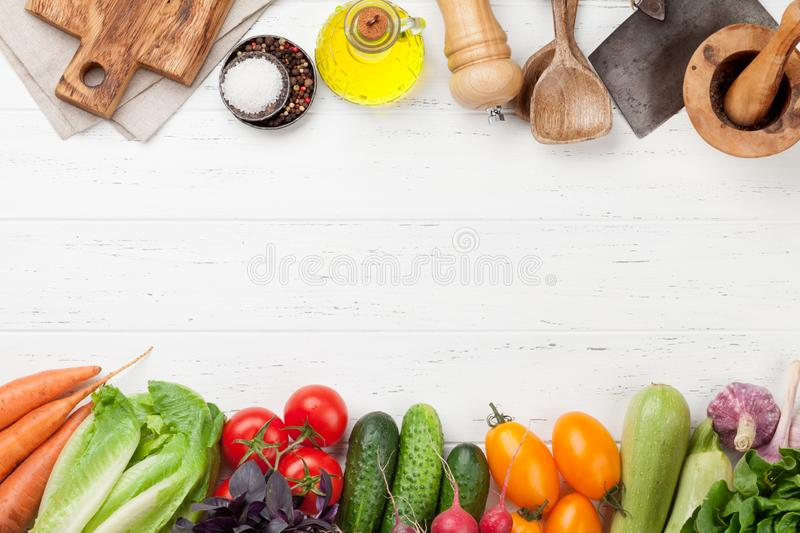Légumes organiques bruts additionnés photo stock