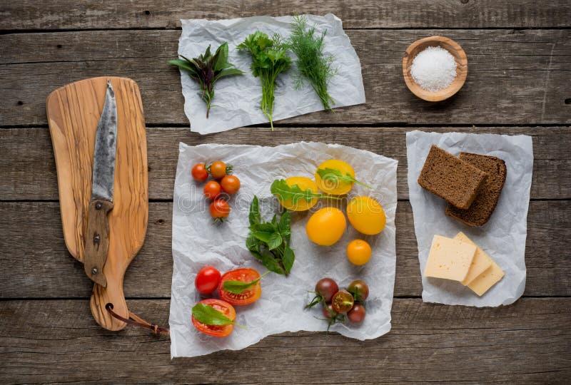 Légumes organiques frais dans l'arrangement rustique photographie stock libre de droits
