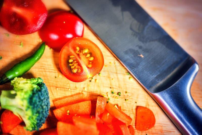 Légumes organiques frais en faisant cuire l'arrangement Consommation saine concentrée image stock