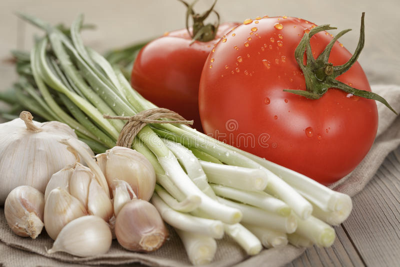 Légumes organiques frais pour la salade ou la bruschette photos libres de droits