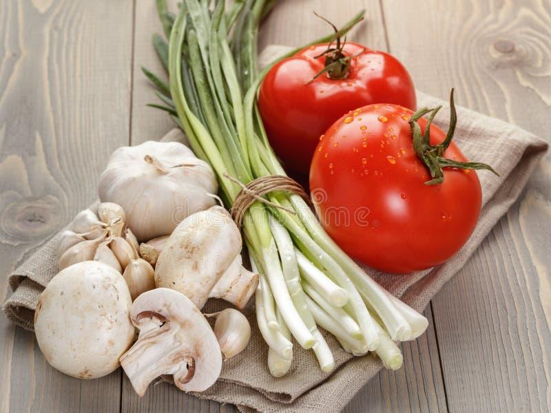 Légumes organiques frais pour la salade ou quelque chose photographie stock libre de droits