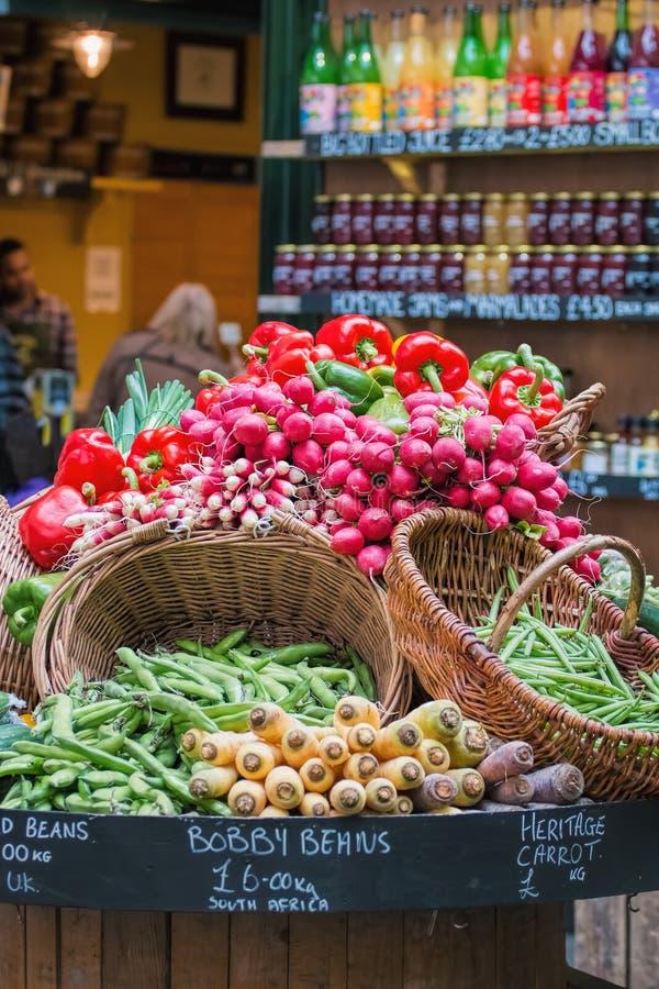 Légumes organiques frais sur l'affichage au marché images stock
