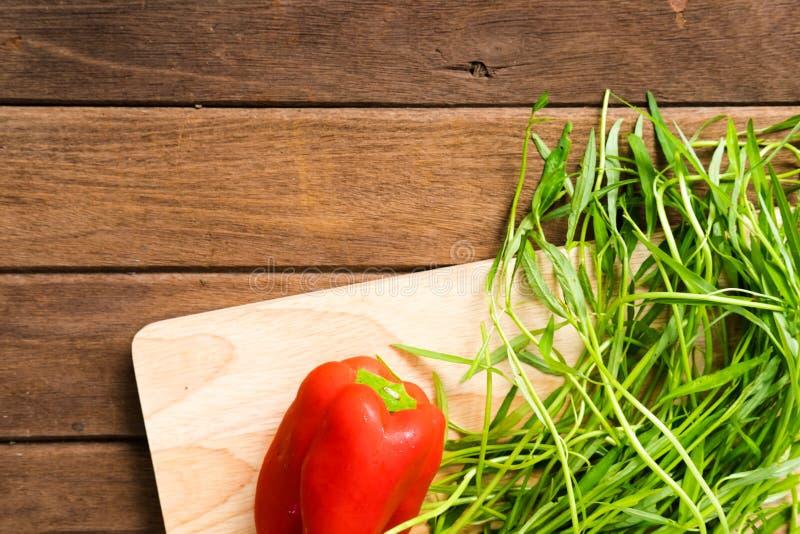 Légumes organiques frais sur le fond en bois photo libre de droits