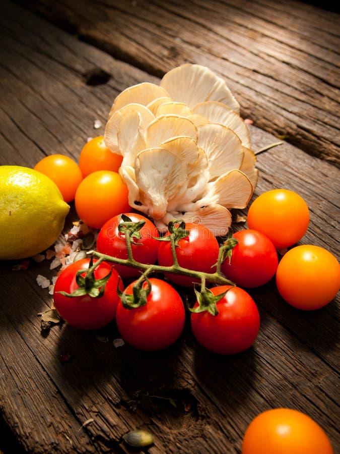 Légumes organiques frais sur une table en bois Lumineux et coloré photo libre de droits