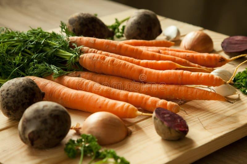 Légumes organiques saisonniers de ferme, betteraves, carottes, oignons, ail photo libre de droits