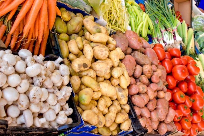 Légumes organiques sur le marché d'agriculteur photos stock