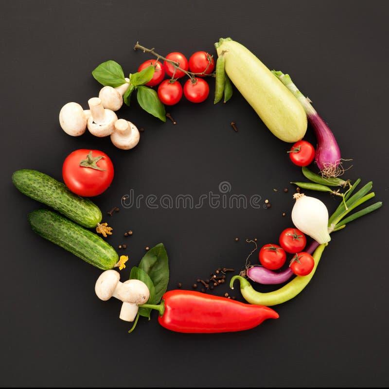 Légumes parfaits sur le fond noir photos stock