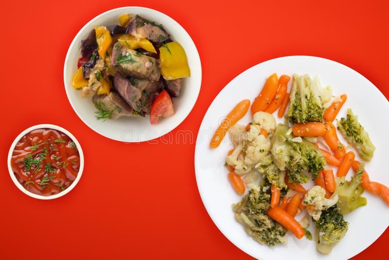Légumes provençaux sur plaque blanche légumes frits sur une assiette fond coloré Cuisine végétarienne une alimentation saine vue  images stock