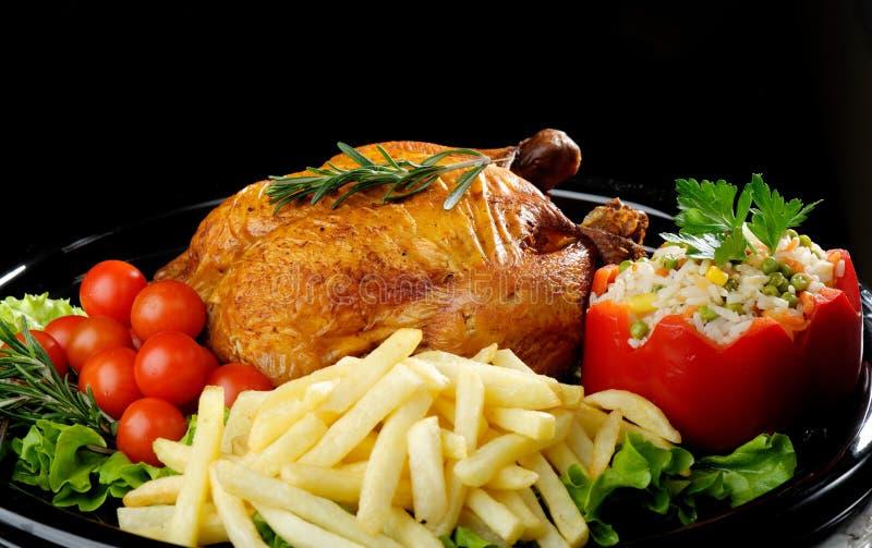 légumes rôtis par poulet entiers images libres de droits